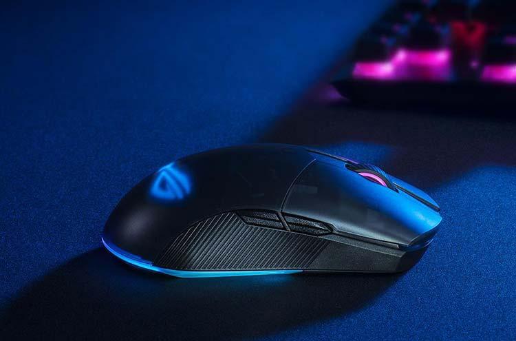 Mouse per giocare wireless acceso, su tappetino da gioco